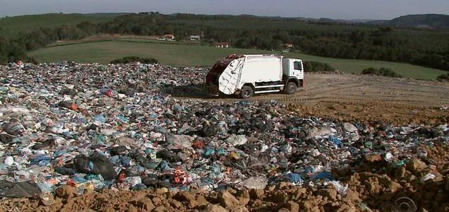 Lixo sendo coletado e levado para a usina de GASEIFICAÇÃO.